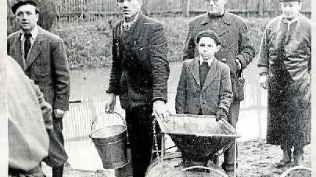 RYBÁŘI. Do padesátých let bylo rybářské právo vykonáváno prostřednictvím rybářských družstev. Rybáři z Hovězí ovládali povodí Bečvy po vsetínský splav pod Bečevnou a Senici od Lužné po Ústí.