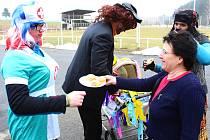 Masopustní veselí se naplno rozjelo o prvním březnovém víkendu také v Lačnově. Marie Kolínková (vpravo) nabízela průvodu slivovici a koblihy.