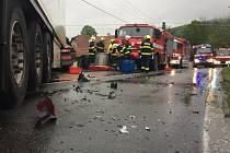 Místo tragické nehody v Lužné, při které se srazilo osobní auto s kamionem. Kamion poté zůstal zaklíněný v rodinném domě; středa 22. května 2019
