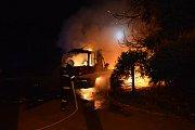 Požár nákladního automobilu na sídlišti ve Velkých Karlovicích hasily čtyři jednotky hasičů