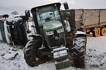 U Stříteže nad Bečvou naboural v úterý 16. ledna 2018 traktor do dodávky. Traktorista nadýchal 0,71 promile.