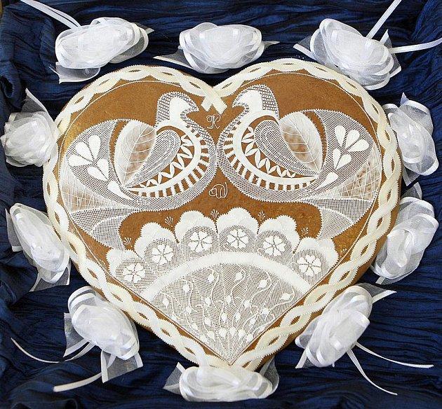 Studenti vsetínské Střední odborní školy Josefa Sousedíka vytvoří sto perníkových srdíček (stejných jako na snímku), které pošlou na oslavu královské svatby na britskou ambasádu do Prahy.