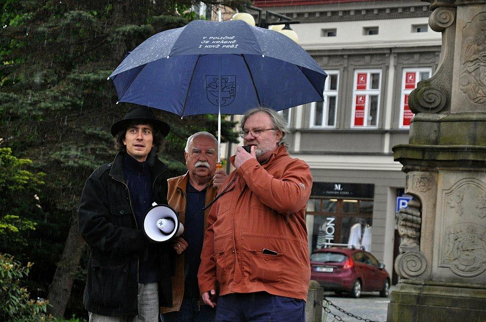 Na náměstí ve Valašském Meziříčí se v neděli 23. května 2021 uskutečnila další demonstrace ze řeku Bečvu bez jedů. Na snímku zleva Jan Husák, Stanislav Pernický z rybářského svazu a toxikolog Ivan Holoubek.