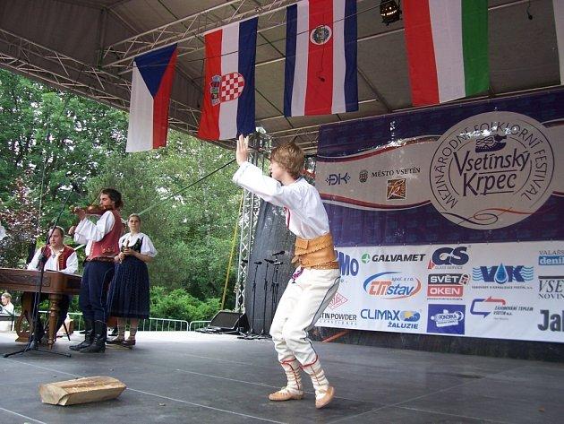 Obuškový tanec předvedli vesměs místní tanečníci. Do Vsetína však přijel také jeden Brňan.
