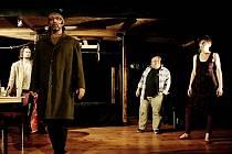 Děj nové hry Roberta Geislera Propadlo se odehrává pod jevištěm jednoho malého, neúspěšného, na dotacích závislého divadla.