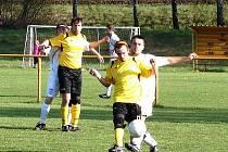 Fotbalisté Poličné (světlé dresy) získali v derby proti favorizovanému soupeři z Podlesí překvapivě tři body za nejtěsnější vítězství 1:0.