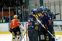 První finále play off druhé ligy východní skupiny Valašské Meziříčí (modré dresy) – Hodonín.