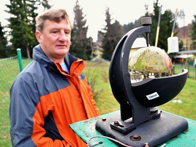 Šestačtyřicetiletý Vladimír Ondruch z Horní Bečvy je profesionální meteorolog. Počasí sleduje mimo jiné i v dobrovolné meteorologické stanici u svého domu Na Lukách v Horní Bečvě