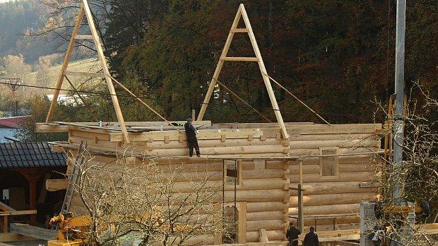 Parta tesařů z Hošťálkové a okolí staví repliku vyhořelého kostela