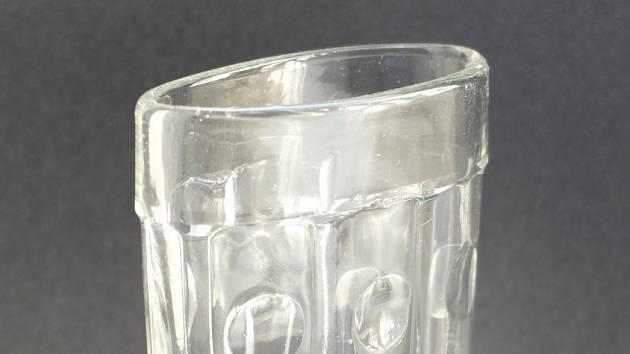 "Sklenička do kapsy – ""taschenbecher"", 1923, lisované sklo, S. Reich & Co., Mariánská huť Velké Karlovice – Léskové"