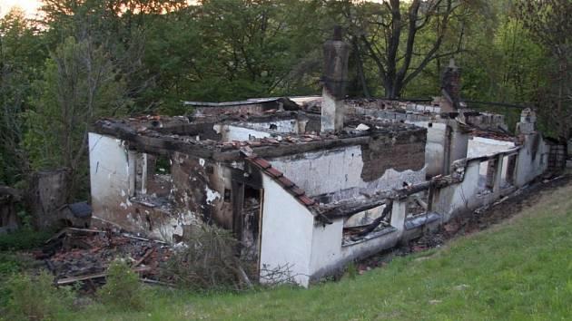 Rozsáhlý požár domu v kopcích u Dolní Bečvy