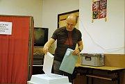 Muž vhazuje v pátek 24. května 2019 obálku z hlasovacím lístkem pro volby do Evropského parlamentu do urny ve volební místnosti na dopravním hřišti ve Valašském Meziříčí.
