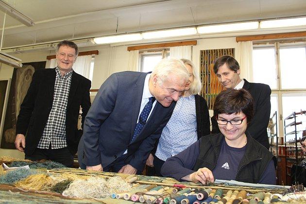 Ministr kultury Ilja Šmíd přijel v pondělí 5. března 2018 na návštěvu do valašskomeziříčské Moravské gobelínové manufaktury. Doprovázel jej krajský radní pro kulturu a památkovou péči Miroslav Kašný.