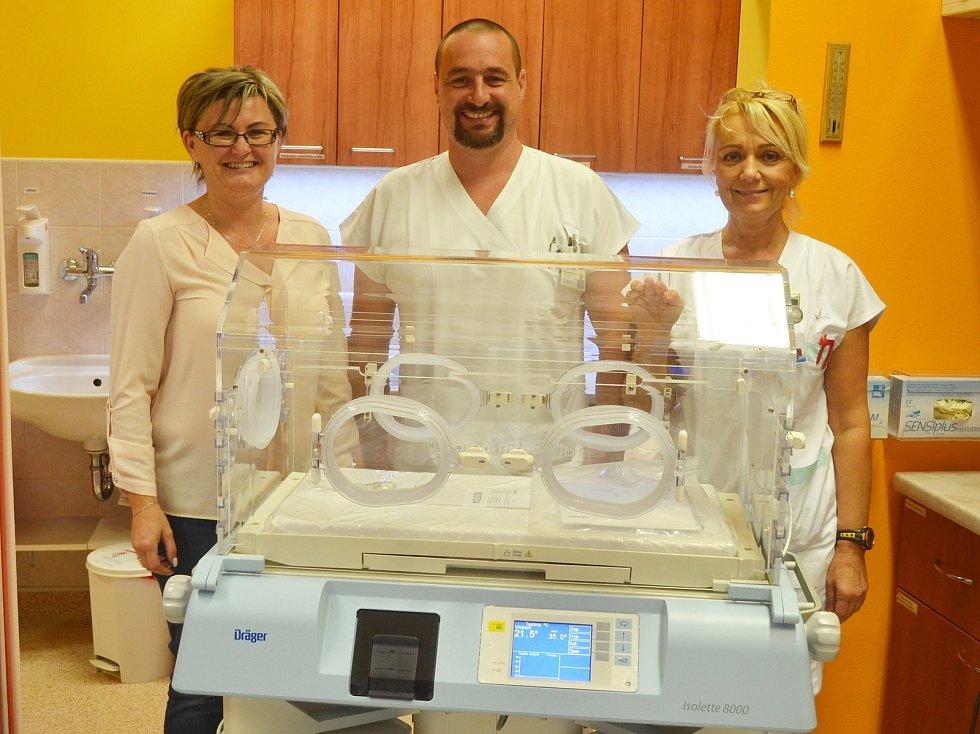 Nemocnice Valašské Meziříčí koupila pro své nejmenší pacienty nový inkubátor za více než 300 tisíc. Pomoc tohoto moderního vybavení zde potřebuje zhruba každý pátý novorozenec, nejčastěji předčasně narozené děti.