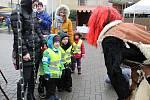 Mikuláši a čerti v tradičních maskách si dali dostaveníčko 3. prosince 2018 v centru Vsetína. Konal se tu Mikulášský den. Čerti zvážili děti na čertovských vahách.