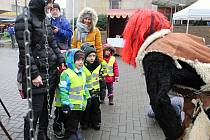 Mikuláši a čerti v tradičních maskách si dali dostaveníčko 3. prosince 2018  v centru Vsetína 2b81567554