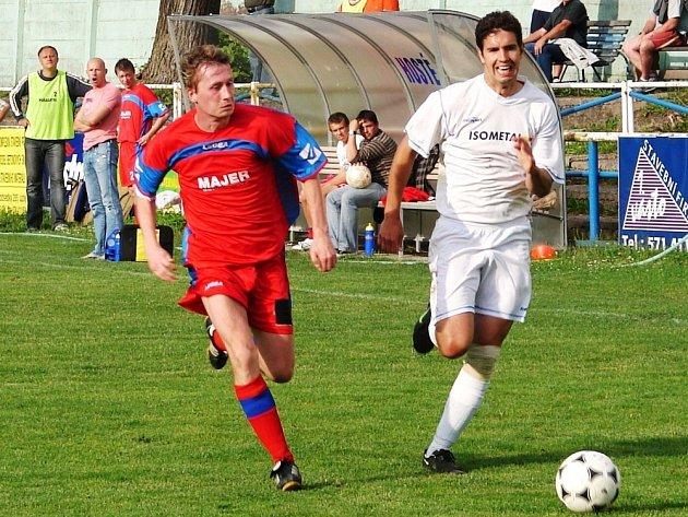 V dohrávce krajského přeboru fotbalisté Vsetína (v bílém) doma jasně přehráli Vigantice 4:0.