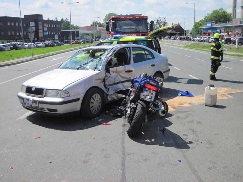 Zraněného motorkáře po nehodě transportoval vrtulník