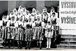 6. NA VÝSTAVĚ.Výstava zuberské výšivky v Klubu pracujících v Zubří v roce 1975.