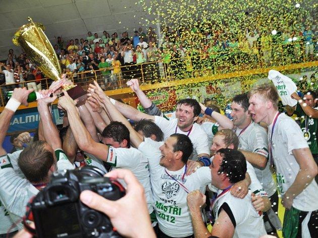 Štěpán Randýsek získal ve svém Zubří tituly od žáčků až po muže. Před dvěma lety takto slavil s kamarády extraligové zlato.