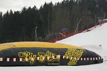 Měkký doskok si uplynulý týden dopřávali snowboardisté ve Ski areálu Karolinka. K dispozici totiž měli vzduchový polštář Bigairbag, na němž mohli zdokonalovat nejrůznější skoky a triky.