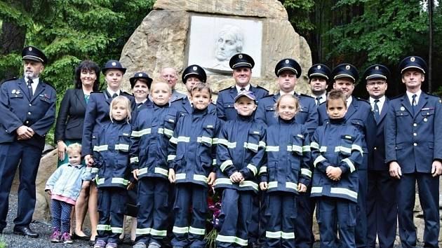 Odhalení opraveného památníku se zúčastnili kromě jiných také zástupci všech generací místních hasičů.