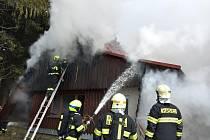 Hasiči z pěti jednotek likvidují požár chaty u malé sjezdovky v lyžařském středisku Kohútka v Javorníkách