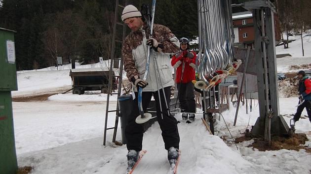 Vlekaři se znovu pouštějí do zasněžování, lyžaře lákají také na obnovené večerní lyžování.