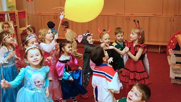 Jedna z nejstarších mateřinek ve Vsetíně slaví šedesát let. Do mateřské školy na sídlišti Trávníky přišly děti poprvé 8. března 1958. Ve čtvrtek 8. února 2018 začali na Trávníkách s oslavami karnevalem. Dále je čeká den otevřených dveří a zahradní slavnos