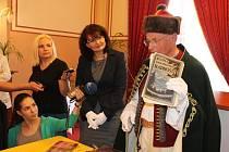 Schránku otevřel předseda Matice radhošťské Drahomír Strnadel (na snímku).