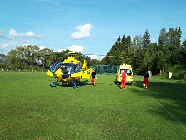 Vrtulník přistál na huslenském fotbalovém hřišti.