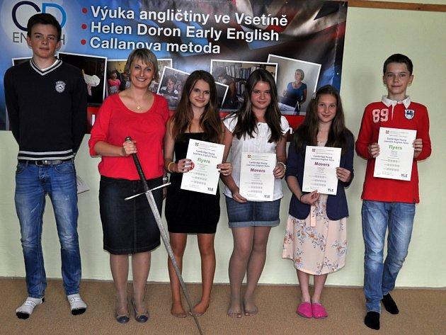 Šest žáků ze Vsetína úspěšně zvládla zkoušky z anglického jazyka Cambridge Young Learners English, ve čtvtek 6. června 2013 byli pasováni na rytíře a dámy Cambridge.