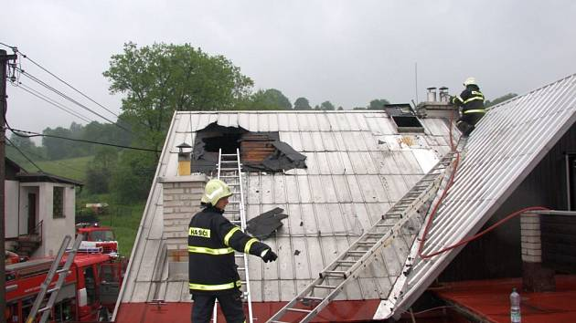 Skrytá ohniska požáru byla odhalována termokamerou