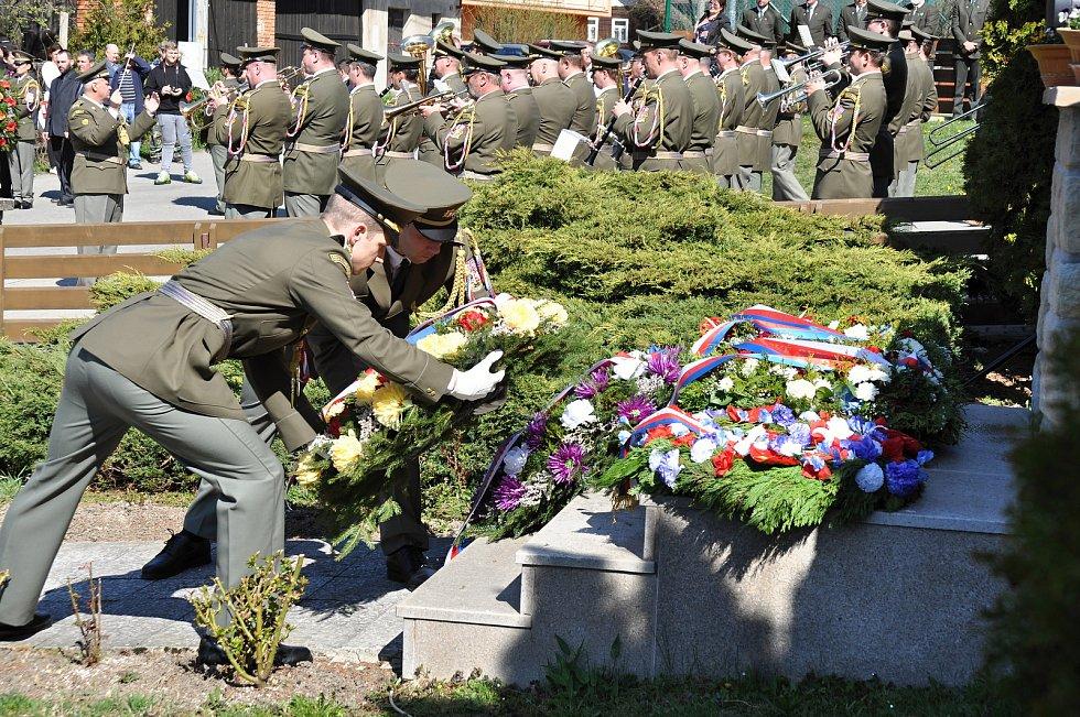 Vojáci kladou věnce u památníku obětí Prlovské tragédie u příležitosti jejího 74. výročí; sobota 20. dubna 2019