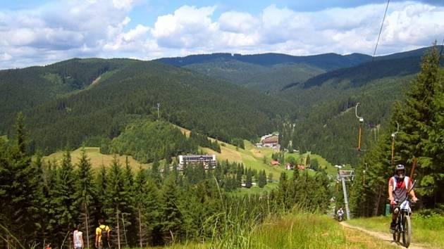 Ski areál Razula ve Velkých Karlovicích letos v létě opět ovládnou jezdci na kolech.