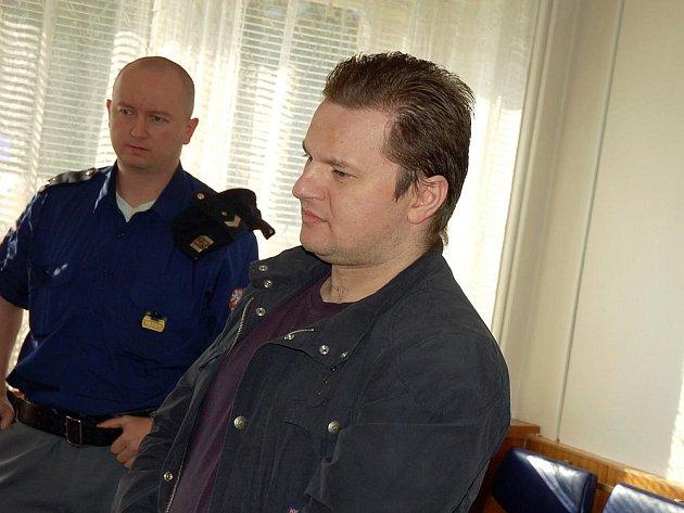 K tříletému nepodmíněnému trestu odsoudil v pondělí 7. září senát okresního soudu ve Vsetíně osmatřicetiletého Tomáše Gerlicha z Frýdku-Místku. Dopustil se vydírání a poškozování cizí věci.