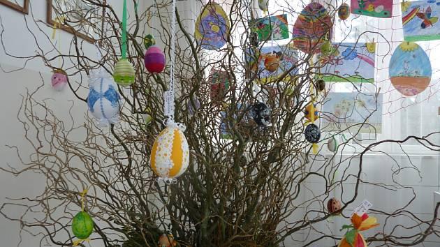 Na Zelený čtvrtek budou na zámku Lešná u Valašského Meziříčí probíhat ruční dílničky a bude se konat pochod klapotníků. Po celý duben bude v zámku k vidění výstava výtvarných prací dětí na témata jaro a Velikonoce.