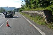 Řidička z Valašského Meziříčí převrátila svoje auto na střechu. Za havárii může hmyz, který ženě vletěl do auta a po kterém se ohnala.