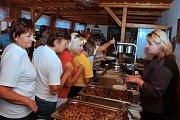 Mezinárodní kuchařku Hrnčeku vař! pokřtili ve středu 12. září 2018 na horské chatě Cáb zástupci Vsetína a Trenčianských Teplíc.