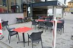 Vsetínské restaurace otevřely zahrádky. Nekrytá u obchodní galerie v centru města ale zela kvůli počasí prázdnotou.
