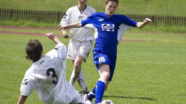 V utkání 1. A třídy Valašské Meziříčí B (modré dresy) doma prohrálo s Dolní Bečvou 1:3.