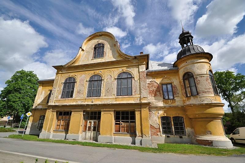 Stavbu braneckého zámku zahájil na počátku 18. století držitel braneckého léna rytíř František Erasmus Lockner. V polovině 19. st. byla přistavěna dvě boční křídla, ve stejném století pak následovala výrazná přestavba zámku v tehdy módním romantickém hist