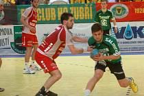 Házenkáři Zubří (zelené dresy) v 6. kole nadstavby o titul porazili Jičín 30:23.