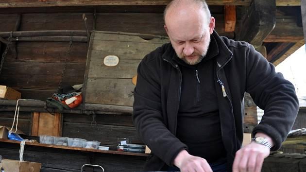 Výrobce tradičních kamenných brousků Jaroslav Sucháček mladší ze Lhoty u Vsetína ve Valašském muzeu v přírodě v Rožnově pod Radhoštěm.