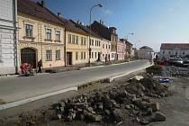 Náměstí v Kelči prochází II. etapou oprav.
