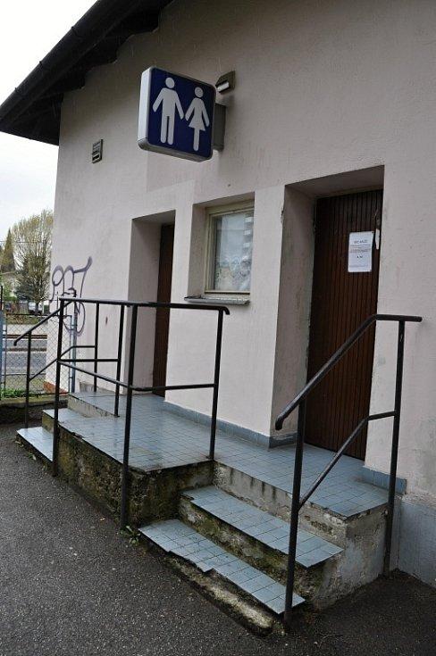 Obyvatelé Rožnova pod Radhoštěm si na nevábný vzhled a nepořádek na svém vlakovém nádraží dlouhodobě stěžují.