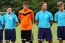 Fotbalový obránce Vigantic David Řepka (druhý zleva)