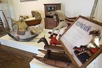 Valašské muzeum v přírodě v Rožnově pod Radhoštěm ve čtvrtek 24. května 2018 slavnostně otevírá výstavu s názvem Hračky nejmilejší aneb jak jsme si hráli.