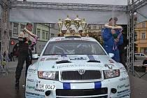 Vítězná posádka Trněný - Kušnier na cílové rampě ve Valašském Meziříčí