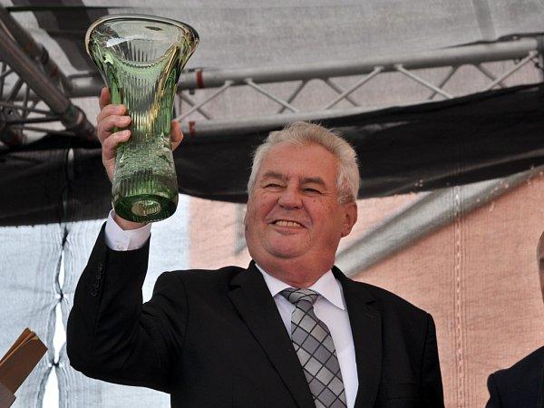 Prezident Miloš Zeman přebírá od starosty města Valašské Meziříčí Jiřího Částečky skleněnou vázu